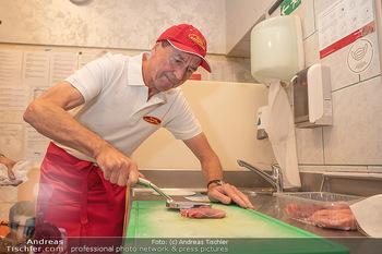 Vom Kolporteur zum Schnitzelwirt - Wiener Schnitzel Plaza - Di 06.07.2021 - Heribert KAPSER klopft das 1-millionste Schnitzel22