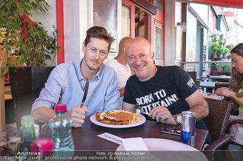 Vom Kolporteur zum Schnitzelwirt - Wiener Schnitzel Plaza - Di 06.07.2021 - Lucas BABUDER, Andy LEE LANG23