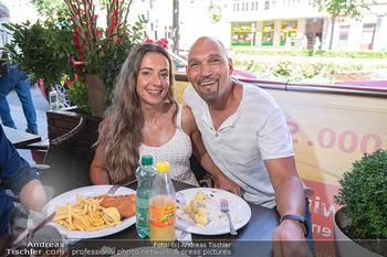 Vom Kolporteur zum Schnitzelwirt - Wiener Schnitzel Plaza - Di 06.07.2021 - Cyril RADLHER mit Freundin Carmida25