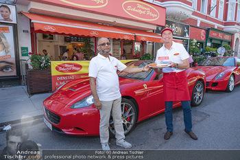 Vom Kolporteur zum Schnitzelwirt - Wiener Schnitzel Plaza - Di 06.07.2021 - Heribert KAPSER und Herr MAHBUB mit Ferrari vor dem Lokal26