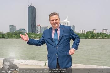 Setbesuch bei SOKO Donau - Filmset Wache am Handelskai, Wien - Di 13.07.2021 - Bürgermeister Michael LUDWIG vor Skyline Wien DC Tower Donaupla1