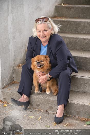 Setbesuch bei SOKO Donau - Filmset Wache am Handelskai, Wien - Di 13.07.2021 - Brigitte Gitti KREN mit Hund Louie7