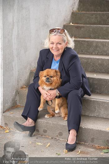Setbesuch bei SOKO Donau - Filmset Wache am Handelskai, Wien - Di 13.07.2021 - Brigitte Gitti KREN mit Hund Louie8