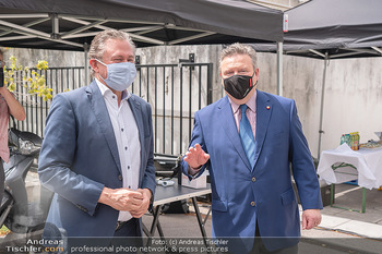 Setbesuch bei SOKO Donau - Filmset Wache am Handelskai, Wien - Di 13.07.2021 - Bürgermeister Michael LUDWIG, Alexander WRABETZ mit Covid19-Mas17