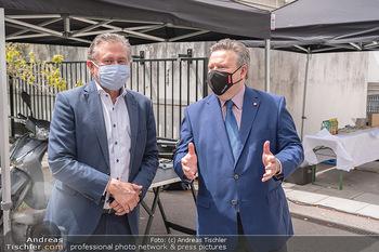 Setbesuch bei SOKO Donau - Filmset Wache am Handelskai, Wien - Di 13.07.2021 - Bürgermeister Michael LUDWIG, Alexander WRABETZ mit Covid19-Mas18
