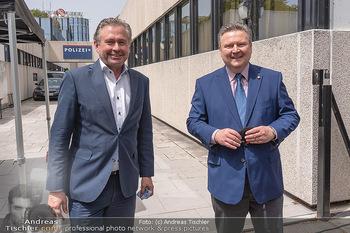 Setbesuch bei SOKO Donau - Filmset Wache am Handelskai, Wien - Di 13.07.2021 - Bürgermeister Michael LUDWIG, Alexander WRABETZ20