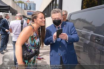 Setbesuch bei SOKO Donau - Filmset Wache am Handelskai, Wien - Di 13.07.2021 - Bürgermeister Michael LUDWIG beim 3G-Nachweis Corona Covid19 Ko27
