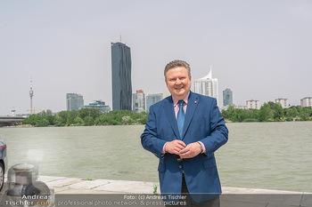 Setbesuch bei SOKO Donau - Filmset Wache am Handelskai, Wien - Di 13.07.2021 - Bürgermeister Michael LUDWIG vor Skyline Wien DC Tower Donaupla29