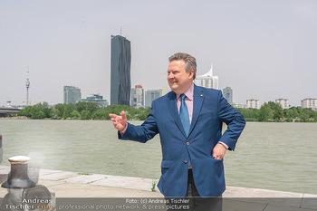 Setbesuch bei SOKO Donau - Filmset Wache am Handelskai, Wien - Di 13.07.2021 - Bürgermeister Michael LUDWIG vor Skyline Wien DC Tower Donaupla30