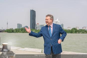 Setbesuch bei SOKO Donau - Filmset Wache am Handelskai, Wien - Di 13.07.2021 - Bürgermeister Michael LUDWIG vor Skyline Wien DC Tower Donaupla31