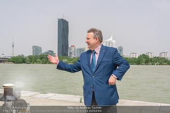 Setbesuch bei SOKO Donau - Filmset Wache am Handelskai, Wien - Di 13.07.2021 - Bürgermeister Michael LUDWIG vor Skyline Wien DC Tower Donaupla32