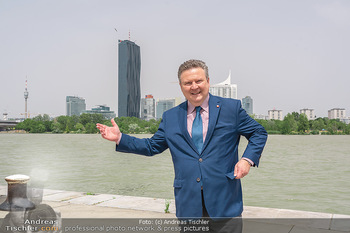 Setbesuch bei SOKO Donau - Filmset Wache am Handelskai, Wien - Di 13.07.2021 - Bürgermeister Michael LUDWIG vor Skyline Wien DC Tower Donaupla33
