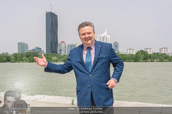 Setbesuch bei SOKO Donau - Filmset Wache am Handelskai, Wien - Di 13.07.2021 - Bürgermeister Michael LUDWIG vor Skyline Wien DC Tower Donaupla34