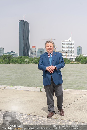 Setbesuch bei SOKO Donau - Filmset Wache am Handelskai, Wien - Di 13.07.2021 - Bürgermeister Michael LUDWIG vor Skyline Wien DC Tower Donaupla35