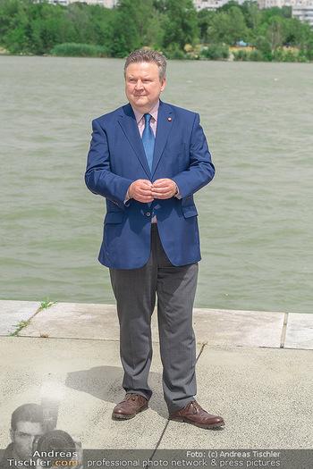 Setbesuch bei SOKO Donau - Filmset Wache am Handelskai, Wien - Di 13.07.2021 - Bürgermeister Michael LUDWIG vor der Donau40