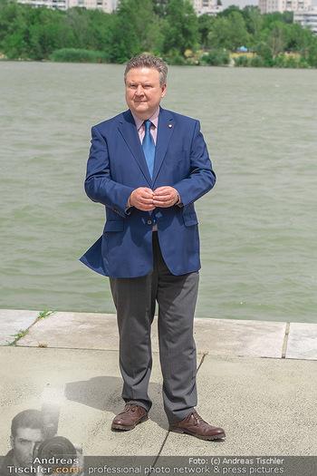 Setbesuch bei SOKO Donau - Filmset Wache am Handelskai, Wien - Di 13.07.2021 - Bürgermeister Michael LUDWIG vor der Donau41