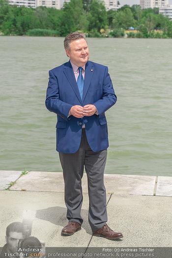 Setbesuch bei SOKO Donau - Filmset Wache am Handelskai, Wien - Di 13.07.2021 - Bürgermeister Michael LUDWIG vor der Donau42