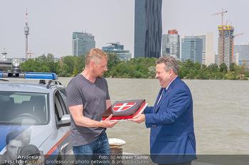 Setbesuch bei SOKO Donau - Filmset Wache am Handelskai, Wien - Di 13.07.2021 - Bürgermeister Michael LUDWIG mit Torte für Martin GRUBER52