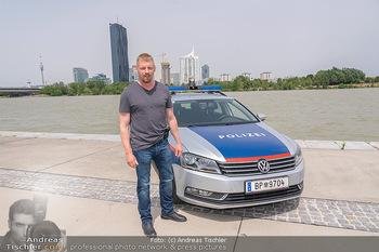 Setbesuch bei SOKO Donau - Filmset Wache am Handelskai, Wien - Di 13.07.2021 - Martin GRUBER (Portrait) mit Polizeiauto vor der Wiener Skyline 58