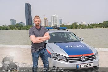 Setbesuch bei SOKO Donau - Filmset Wache am Handelskai, Wien - Di 13.07.2021 - Martin GRUBER (Portrait) mit Polizeiauto vor der Wiener Skyline 59