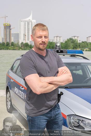 Setbesuch bei SOKO Donau - Filmset Wache am Handelskai, Wien - Di 13.07.2021 - Martin GRUBER (Portrait) mit Polizeiauto vor der Wiener Skyline 61