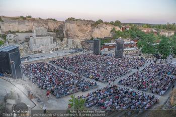 Premiere Turandot - Steinbruch St. Margarethen, Burgenland - Mi 14.07.2021 - Blick von Oben auf die Bühne und die Zuschauerränge, Übersich2