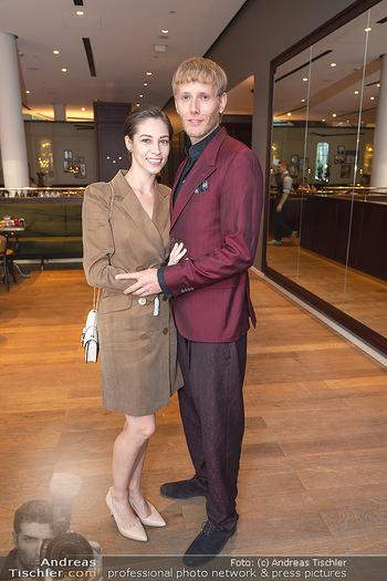 Mode Wien Magazin - Hotel Andaz, Wien - Di 20.07.2021 - Maria YAKOVLEVA mit Freund Rene MUC145