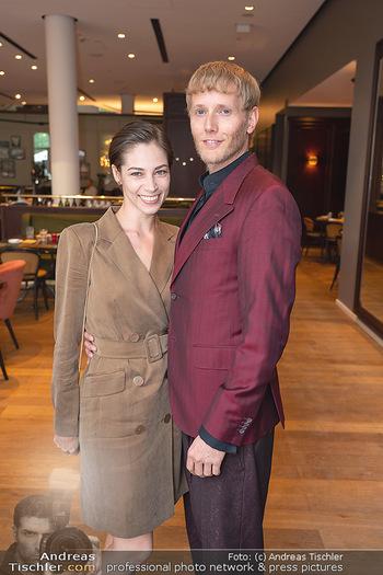 Mode Wien Magazin - Hotel Andaz, Wien - Di 20.07.2021 - Maria YAKOVLEVA mit Freund Rene MUC146