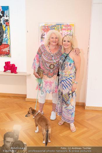 Icons of Pop and Street Art - Villa Bulfon, Velden - Do 22.07.2021 - Marika LICHTER mit Hund Ella, Manuela FISCHER47