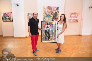 Icons of Pop and Street Art - Villa Bulfon, Velden - Do 22.07.2021 - Burkhard ERNST mit Ehefrau Katharina mit gekauftem Kunstwerk54