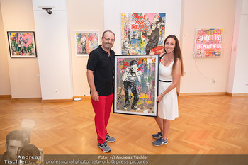 Icons of Pop and Street Art - Villa Bulfon, Velden - Do 22.07.2021 - Burkhard ERNST mit Ehefrau Katharina mit gekauftem Kunstwerk55