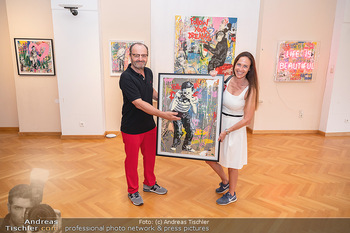 Icons of Pop and Street Art - Villa Bulfon, Velden - Do 22.07.2021 - Burkhard ERNST mit Ehefrau Katharina mit gekauftem Kunstwerk56