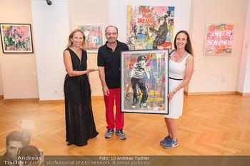 Icons of Pop and Street Art - Villa Bulfon, Velden - Do 22.07.2021 - Burkhard ERNST mit Ehefrau Katharina mit gekauftem Kunstwerk, Le57