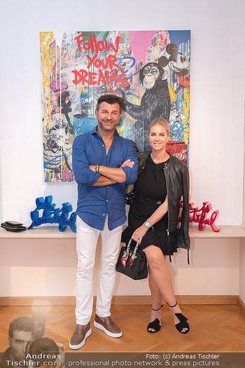 Icons of Pop and Street Art - Villa Bulfon, Velden - Do 22.07.2021 - Jürgen PEINDL mit Nadja, Bob DJAVAN mit Ehefrau, Max WIEDEMANN67