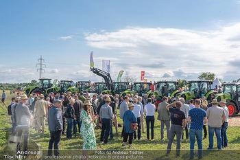 Biofeldtage Tag 1 - Seehof, Donnerskirchen - Fr 06.08.2021 - Andrang, Publikum bei Leistungsschau mit Traktoren (Claas)42