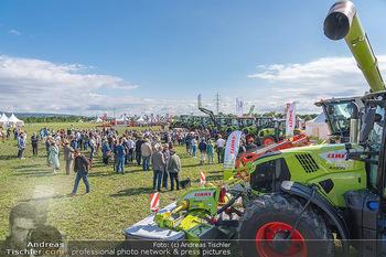 Biofeldtage Tag 1 - Seehof, Donnerskirchen - Fr 06.08.2021 - Andrang, Publikum bei Leistungsschau mit Traktoren (Claas)44