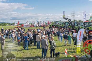 Biofeldtage Tag 1 - Seehof, Donnerskirchen - Fr 06.08.2021 - Andrang, Publikum bei Leistungsschau mit Traktoren (Claas)45