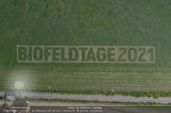 Biofeldtage Tag 2 - Seehof, Donnerskirchen - Sa 07.08.2021 - Schriftzug Biofeldtage 2021 in Feld gemäht von oben, Luftbild, 318
