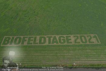 Biofeldtage Tag 2 - Seehof, Donnerskirchen - Sa 07.08.2021 - Schriftzug Biofeldtage 2021 in Feld gemäht von oben, Luftbild, 319