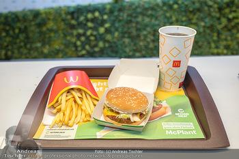 McPlant Präsentation - McDonalds Schwedenplatz - Mo 16.08.2021 - der neue, fleischlose Burger McPlant mit Pommes und CocaCola, Me45