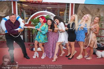 Lugner LoveBoat Casting - Lugner City, Wien - Di 17.08.2021 - Richard LUGNER mit den Finalistinnen, Damen, Teilnehmerinnen, Fr1
