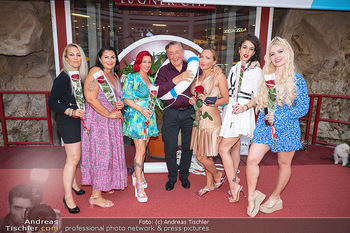 Lugner LoveBoat Casting - Lugner City, Wien - Di 17.08.2021 - Richard LUGNER mit den Finalistinnen, Damen, Teilnehmerinnen, Fr11