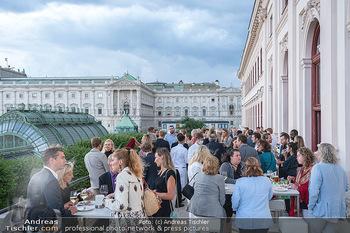 Ausstellungseröffnung american photography - Albertina, Wien - Mo 23.08.2021 - Gäste auf der Terrasse der Albertina, im Hintergrund Palmenhaus47