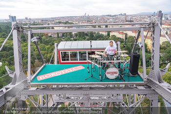 Borotalco Weltrekord - Riesenrad, Wien - Do 26.08.2021 - Drummer Erich BLIE auf der Plattform am Riesenrad, Blick über W1