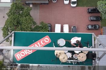 Borotalco Weltrekord - Riesenrad, Wien - Do 26.08.2021 - Drummer Erich BLIE auf der Plattform am Riesenrad, Blick über W30