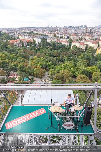 Borotalco Weltrekord - Riesenrad, Wien - Do 26.08.2021 - Drummer Erich BLIE auf der Plattform am Riesenrad, Blick über W34