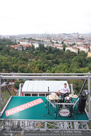 Borotalco Weltrekord - Riesenrad, Wien - Do 26.08.2021 - Drummer Erich BLIE auf der Plattform am Riesenrad, Blick über W35