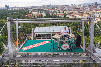Borotalco Weltrekord - Riesenrad, Wien - Do 26.08.2021 - Drummer Erich BLIE auf der Plattform am Riesenrad, Blick über W38