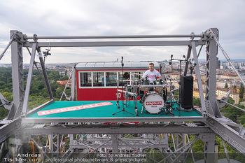 Borotalco Weltrekord - Riesenrad, Wien - Do 26.08.2021 - Drummer Erich BLIE auf der Plattform am Riesenrad, Blick über W40