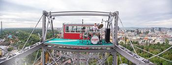 Borotalco Weltrekord - Riesenrad, Wien - Do 26.08.2021 - Drummer Erich BLIE auf der Plattform am Riesenrad, Blick über W43